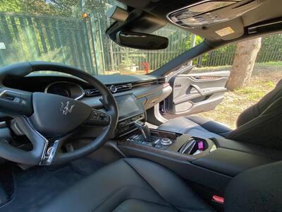 interno abitacolo di una Maserati Quattroporte impresa pulizie roma
