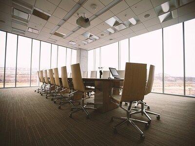 sala riunioni di un ufficio con tavolo e sedie impresa di pulizie roma